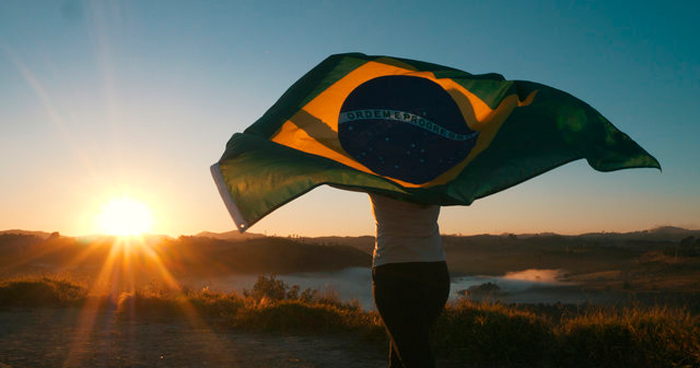 mulher segurando bandeira do Brasil